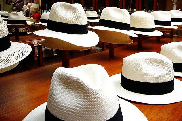 b2e27e0f6e30c Mężczyzna w kapeluszu to klasa w czystej postaci. Jeszcze w latach 60.  ubiegłego wieku każdy szanujący się pan nosił kapelusz. Uchylał go na widok  pięknej ...