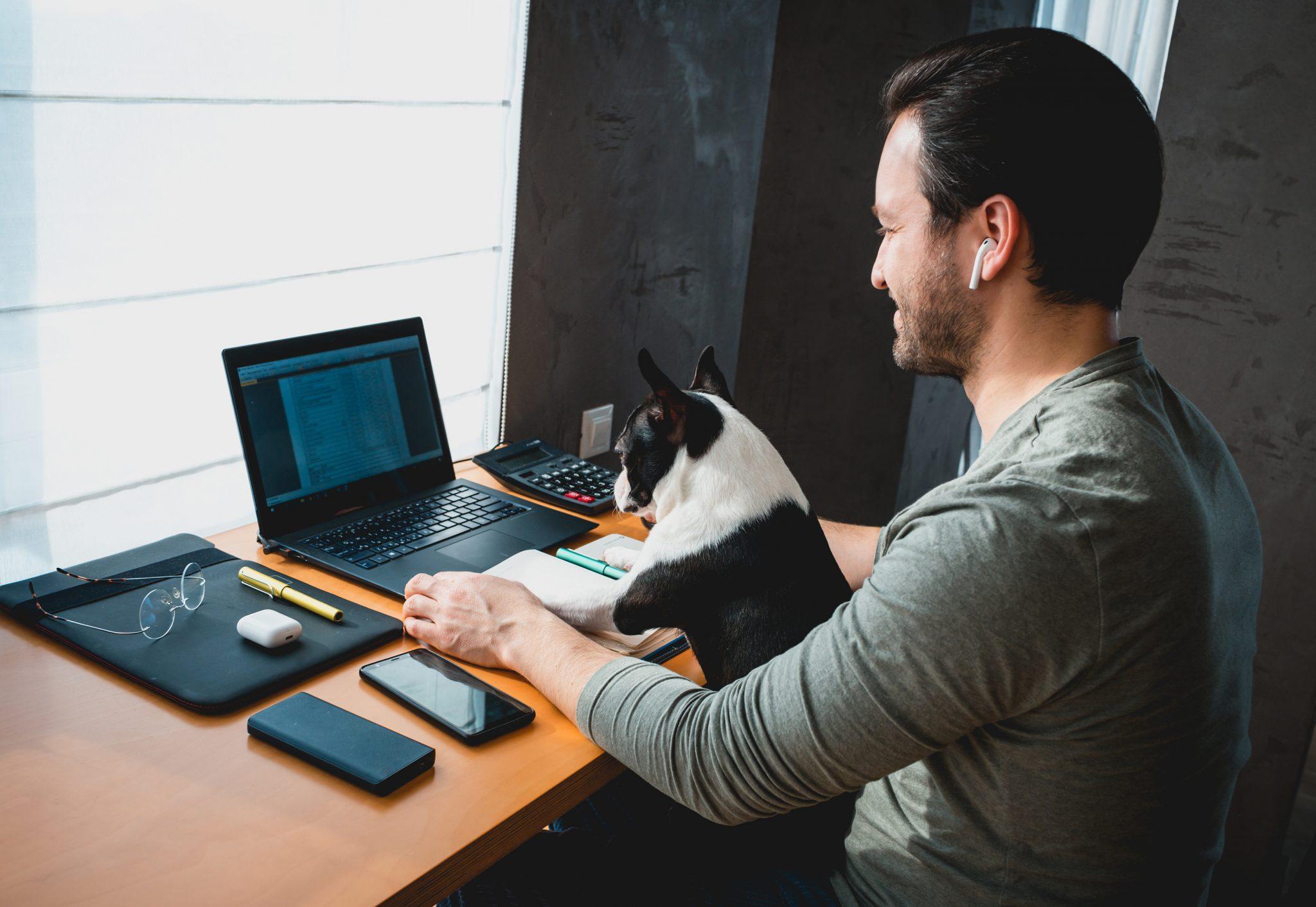 Praca zdalna wdomu. Jak stworzyć męskie biuro?